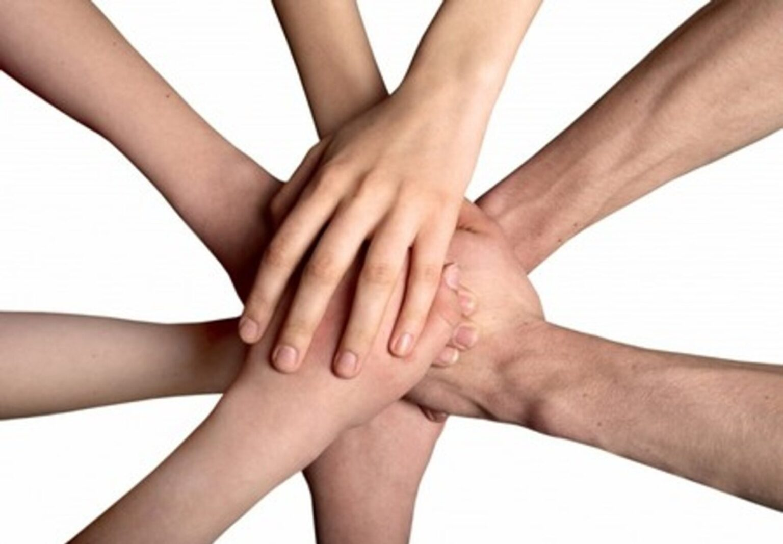 mani che si sostengono vicendevolmente
